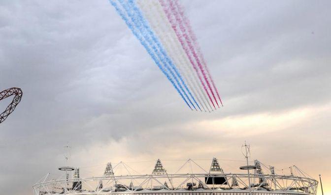 Das Kunstflugteam der britischen Luftwaffe namens Red Arrows zog über dem Olympiastadion seine Kreise. (Foto)