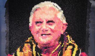 Das Papst-Porträt von Benedikt XVI. aus Kondomen wird versteigert. (Foto)
