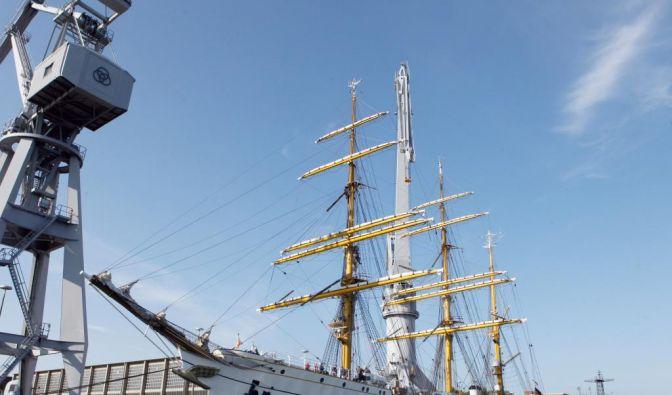 Das prestigeträchtige Segelschulschiff Gorch Fock wurde Ende 2011 instand gesetzt. Die Kosten für die Reparaturarbeiten wurden mit einer Million Euro veranschlagt; schließlich kostete es knapp 10 Millionen. (Foto)