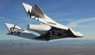 Das «SpaceShipTwo» beim erfolgreichen, bemannten Testflug. (Foto)