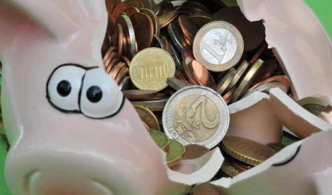 Das Sparschwein freut sich über neue Münzen. Verbraucher sollten deshalb ihren alten Mobilfunkvertrag überprüfen. (Foto)