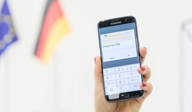 """Dass die Datensicherung an Bedeutung gewinnt, zeigt sich auch auf der CeBIT: Secusmart stellt ein mit dem Sicherungssystem """"Secusuite for Samsung Knox"""" ausgestattetes Smartphone vor. (Foto)"""