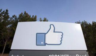 Daumen hoch oder Daumen rutner? Für Facebook schlägt die Stunde der Wahrheit. (Foto)