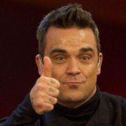 Daumen hoch fürs neue Album? Robbie Williams ist jedenfalls sehr stolz auf Take The Crown.