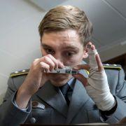 DDR-Spion Martin Rauch alias Moritz Stamm (Jonas Nay) nutzt die Gelegenheit, streng geheime Papiere abzufotografieren. (Foto)