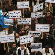 Demonstanten protestieren in Düsseldorf gegen die Abschiebung afghanischer Staatsbürger. (Foto)