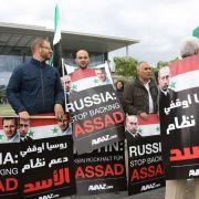 Demonstranten in Deutschland fordern ein Einlenken Russlands im Syrien-Konflikt.