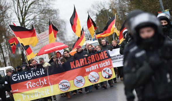 """Demonstrationszug des islam- und flüchtlingsfeindlichen Pegida-Ablegers """"Karlsruhe wehrt sich"""". (Foto)"""