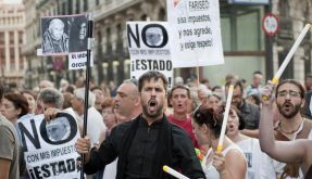 Demonstrators shout slogans against the visit of Pope Benedict XVI in Madrid, Wednesday, Aug. 17, 20 (Foto)