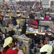 Wie fair geht es dort zu, wo Adidas fertigen lässt? Arbeiterinnen bei der Schuhproduktion im chinesischen Dongguan müssen schuften.