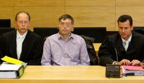Der Angeklagte Helmut S. (M) sitzt im Landgericht in Bielefeld neben seinen Verteidigern Bernhard Ki (Foto)