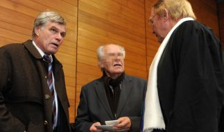 Der Angeklagte Roland K. zwischen seinen Anwälten. (Foto)