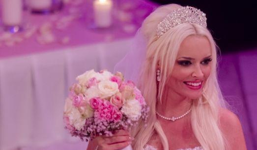 Der obligatorische Brautstraußwurf hätte beinahe ausfallen müssen: Dani hatte ihre Blumen nach der Trauung in der Kirche vergessen. Nachdem diese geholt worden waren, freute sich die beste Freundin von Danielas Schwester über den duftenden