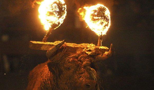 """Der brennende Stier ist Teil des """"Toro de Jubilo"""". (Foto)"""