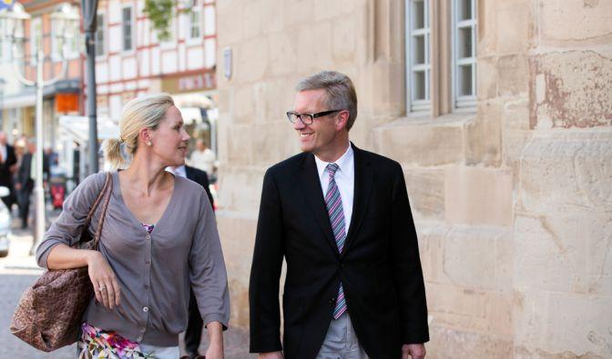 Der ehemalige Bundespräsident und seine Gattin auf dem Weg zum III. Symposium der Peter-Maffay-Stiftung. (Foto)