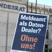 Der Bundestag hatte das Meldegesetz Ende Juni auf den Weg gebracht und damit heftige Proteste ausgelöst.