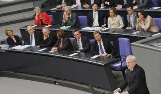 Der letzte DDR-Regierungschef Lothar de Maiziere (re.) spricht vor dem Bundestag. (Foto)