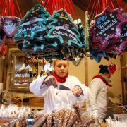 Der Duft von gebrannten Mandeln macht jeden Weihnachtsmarkt perfekt - Figurbewusste sollten die süße Knabberei aber besser meiden.