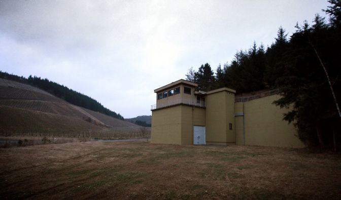 Der Eingang zum ehemaligen Regierungsbunker in Marienthal in der Eifel. (Foto)