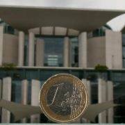 Der Euro im Fokus: Die schwarz-gelbe Koalition muss weiter um eine rasche Zustimmung zum Fiskalpakt bangen.