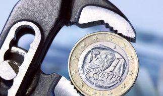 Der Euro in der Zange: Die Finanzklemme der Griechen bringt die Gemeinschaftswährung unter Druck. (Foto)