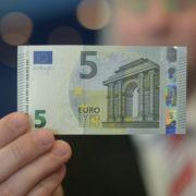 Der neue Fünf-Euro-Schein - sicherer und glatter soll er sein.