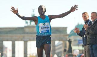 Der Kenianer Eliud Kipchoge kommt am 29.09.2013 beim 40. Berlin-Marathon als Zweiter ins Ziel. (Foto)