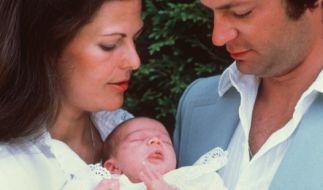 Der schwedische König Carl XVI. Gustaf und seine Frau Königin Silvia stellen im August 1977 ihre erstgeborene Tochter Victoria Ingrid vor. (Foto)