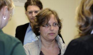 Der Mutter des getöteten Mirco, Sandra Schlitter, steht vor dem Sitzungssaal des Landgerichtes bei d (Foto)