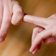 Der Mythos hält sich hartnäckig: Mit den Fingergelenken zu knacken, verursacht Rheuma oder Gicht. (Foto)