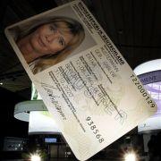 Der elektronische Personalausweis in Überlebensgröße: Seit 1. November 2010 wird der neue Pass im Scheckkartenformat ausgegeben.