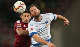Der Paderborner Stürmer Nick Proschwitz (hier in weiß) soll suspendiert worden sein. (Foto)