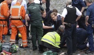 Der Parlamentsabgeordnete Tobias Ellwood (M) der Conservative Party kümmert sich in der Nähe des britischen Parlaments in London um verletzte Personen. (Foto)