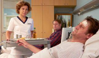 Der unbekannte Patient stellt sich als der bekannte Sternekoch Anno Pesch (Ingo Naujoks, rechts) heraus. (Foto)