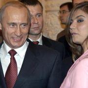 Der russische Präsident Wladimir Putin und die Turnerin Alina Kabajewa bei einem Empfang im Moskauer Kreml 2004. (Foto)