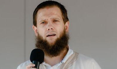 """Der islamistische Prediger Sven Lau alias """"Abu Adam"""" auf einer Kundgebung (Symbolbild). (Foto)"""