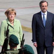 Der griechische Premier Antonis Samaras empfängt Angela Merkel in Athen mit militärischen Ehren.