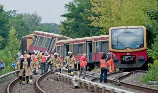 Der entgleiste S-Bahn-Zug liegt in Berlin auf der Gleisanlage zwischen den Bahnhöfen Tegel und Schulzendorf. (Foto)