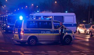 Der Schauplatz des Schusswechsels in Berlin. Polizisten sichern den Tatort. (Foto)
