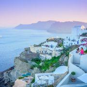 Der traumhafte Sonnenuntergang in Oia auf der griechischen Insel Santorini dürfte jedem Urlauber lange Zeit in Erinnerung bleiben. (Foto)