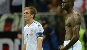 Der wahre «Super-Mario»: Italiens Kraftprotz Balotelli feiert das 2:0, Philipp Lahm ist verzweifelt. (Foto)