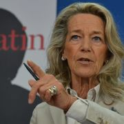 Der Titel von Gertrud Höhlers Buch lässt scharfe Worte vermuten: Die Patin. Wie Angela Merkel Deutschland umbaut heißt es.