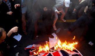 Der Union Jack in Flammen. Zuvor hatten Studenten das Gelände der britischen Botschaft in Teheran ge (Foto)