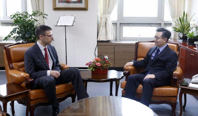 Der US-Beamte Adam Szubin (hier links im Bild) hat dem russischen Präsidenten Wladimir Putin Korruption vorgeworfen. (Foto)