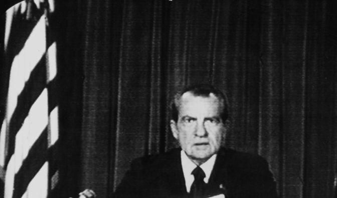 Der republikanische US-Präsident Richard Nixon kündigt in der Nacht zum 9. August 1974 in einer Rundfunk- und Fernsehansprache seinen Rücktritt vom Präsidentenamt an. (Foto)