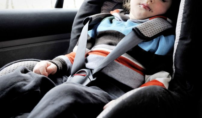 Der Vater ließ seinen Sohn stundenlang allein im Auto. (Foto)