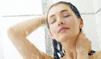 Der Verzicht auf Shampoos und Pflegeprodukte soll das Haar schöner und gesünder machen. (Foto)