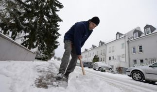 Der Winter hat auch seine Schattenseiten: Glatte Straßen und Schneeschippen gehören dazu. (Foto)