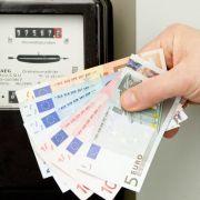 Der Zähler rattert, die Geldscheine flattern davon: Strom wird immer teurer. Höchste Zeit, mit ein paar Tricks Energie im Haushalt zu sparen.