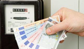 Der Zähler rattert, die Geldscheine flattern davon: Strom wird immer teurer. Höchste Zeit, mit ein paar Tricks Energie im Haushalt zu sparen. (Foto)